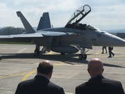 US-Botschafter Ed McMullen (links) nimmt das Lieblingsflugzeug des US-Präsidenten Donald Trump, den Super Hornet, in Augenschein. (Bild: Henry Habegger)