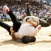 Der Moment der Entscheidung: Nick Alpiger (oben) drückt Christian Schuler ins Sägemehl. (Bild: Alexandra Wey/Keystone (Flüelen, 7. Juli 2019))