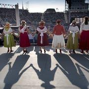 An der Fête des Vignerons stehen am Samstag die verschiedenen Delegationen auf der Bühne der grossen Festarena. (Bild: Laurent Gillieron/Keystone, Vevey, 17. Juli 2019)