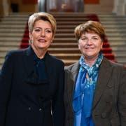 Die neugewählten Bunderätinnen Karin Keller-Sutter, links, und Viola Amherd posieren nach der Ersatzwahl in den Bundesrat. (Bild: Marcel Bieri/Keystone (Bern, 5. Dezember 2018))