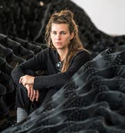 Die Israelin Ella Littwitz baut in der Kunsthalle St.Gallen das Mittelmeer aus Autoreifen. (Bild: Michel Canonica)