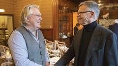 CH-Media-Verleger Peter Wanner gratuliert dem Preisträger. (Bild: Alex Spichale)