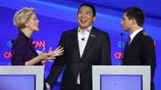 Warren, Yang und Buttigieg kurz nach der Debatte. (Bild: Keystone)