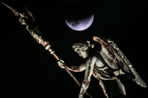 Die partielle Mondfinsternis neben dem Viergespann auf dem Brandenburger Tor in Berlin. (Bild: CLEMENS BILAN)