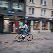 Immer wieder kommt es vor, dass Velofahrer durch die Innenstadt rasen. Die Polizei führt deshalb regelmässige Kontrollen durch. (Bild: Benjamin Manser (13. August 2019))