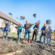 Dreck fliegt durch die Luft: Baubeginn der Genossenschaftswohnungen Linde in Steckborn. (Bilder: Andrea Stalder)