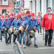 Die Kinder aus der Gastregion Engadin Samnaun Val Müstair spazieren mit ihrem Lehrer Chasper Stuppan zum Marktplatz in Weinfelden. (Bild: Andrea Stalder)