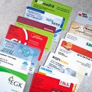 Versicherungskarten verschiedener Krankenkassen. (Symbolbild: Gaetan Bally / Keystone)