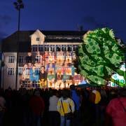 Projektion des Lichtkünstlers Gerry Hofstetter an einem Zürcher Schulhaus. (Bild: ZVG)