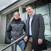 Die zwei führenden Stadtpräsidiums-Kandidaten sind vor der Stadtverwaltung sichtlich gut gelaunt: Markus Kuhn und Roman Pulfer. (Bild: Andrea Stalder)