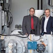 Silvio Boschian, EWN-Verwaltungsratspräsident (links), und Direktor Remo Infanger im Unterwerk Fadenbrücke. (Bild: Boris Bürgisser, Buochs, 11. April 2019)