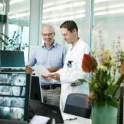 Spitaldirektor Matthias Winistörfer (links) und Adrian Walder, leitender Arzt Notfallzentrum, in der Notfallaufnahme des Kantonsspitals. (Bild: Stefan Kaiser, Baar, 6. August 2019)