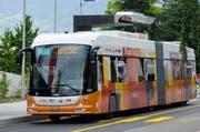 Ein Tosa-Bus der Genfer Verkehrsbetriebe lädt an einer mit einer Ladestation ausgerüsteten Haltestelle die Batterie auf. (Bild: PD/ABB)