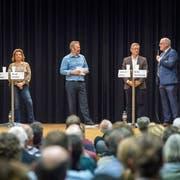 Podium mit den Kandidaten fürs Gemeindepräsidium von Ermatingen: Urs Tobler, Heidi Gerber, Andreas Jenny und Willi Hartmann. TZ-Redaktor Urs Brüschweiler (Mitte) moderiert die Diskussion. (Bild: Andrea Stalder)