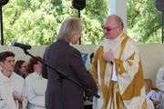 Robert Schwarzer, Kirchenpräsident von evangelisch Arbon, verabschiedet sich von Pfarrer Henryk Walczak. (Bild: Hedy Züger)