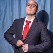In der Komödie «Gerüchte, Gerüchte...» geht es mehr um Schein als um Sein: Christoph Steuble füllt seine Rolle mit grosser Leidenschaft aus. (Bild: Urs Bucher)