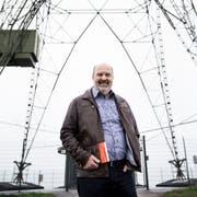 Der Autor Markus Bucher vor dem Landessender Beromünster. (Bild: Manuela Jans-Koch (Beromünster, 13. November 2018))