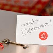 """""""Herzlich Willkommen"""" - aber nicht in der Luzerner Altstadt. Zwei Mitglieder der SP/Juso-Fraktion wollen verhindern, dass Altstadtwohnungen per Airbnb angeboten werden. Foto: DPA/Jens Kalaene)"""