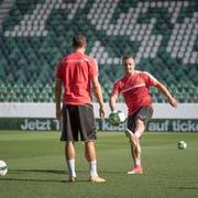 Der Wiler Fabian Schär (Mitte) und Xherdan Shaqiri trainieren im St.Galler Kybunpark. (Bild: Michel Canonica)