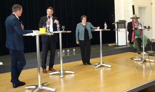 Wahlpodium am Kollegi St. Fidelis: Moderator Stefan Eiholzer befragt die drei Nidwaldner Ständeratskandidaten Hans Wicki, Therese Rotzer und Sepp Käslin (von links). (Bild: Kurt Liembd (24. September 2015))