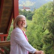 Ursula Bründler-Stadler, Präsidentin des Trägervereins und Leiterin des Zentrum Ranft auf der Terrasse eines Gruppenraumes. (Bild Patricia Helfenstein-Burch, 23. Juli 2018)