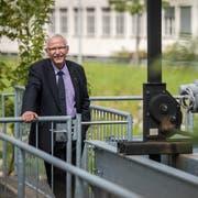 Für Ruedi Huber verbindet das Kraftwerk Zeughausbrücke und der dahinterliegende Murg-Auen-Park Technik mit Ökologie und widerspiegelt deshalb am besten seine Arbeit als Vorsteher des Departements für Werke, Freizeitanlagen und Sport. (Bild: Reto Martin)