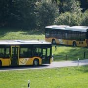 Zwei Postautos auf der Fahrt durchs Eigenthal, das zur Gemeinde Schwarzenberg gehört. Schwarzenberg erhält von der Postauto AG Geld zurück. (Bild Urs Flüeler/Keystone, 16. September 2018)