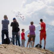Das Team des Flugzeugtyps PC-7 bei seiner Show zu den 80-Jahre-Feierlichkeiten des Militärflugplatzes Emmen. (Bild: Keystone/Urs Flüeler, 24. Mai)