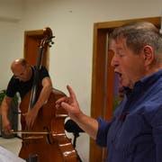 Das Zusammenspiel zwischen Musiker Peter Gisler und Hanspeter Müller-Drossaart erreichte im «bärgrüäf» seinen Höhepunkt. (Bild: Georg Epp, Isenthal, 12. Oktober 2018)