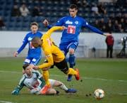 Szene aus dem Cup-Spiel FCL – YB: FCL-Goalie Zibung klärt gegen Sow. (Bild: Claudio de Capitani/Freshfocus (Luzern, 6. März 2019))