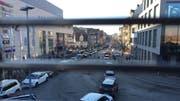 Samstagnachmittag in Konstanz: Die Autos stauen sich im Umfeld des Einkaufszentrums Lago. (Bild: Sebastian Keller)