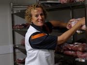 Arbeiten bei zwei Grad: Die Fleischfachverkäuferin Petra Ludwig im Kühlraum in der Migros in der Passage. (Bild: Rahel Haag)