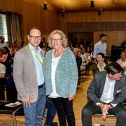 Dürfen stolz sein: Schulpräsident Linus Köppel und seine Vorgängerin Susanna Koller Brunner in der neuen Aula des Schulhauses Bächelacker. (Bild: Christoph Heer)