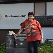 Heidi Gantenbein vor ihrem Zuhause in Grabs, dem Hus Sunneschy. (Bild: Jessica Nigg)