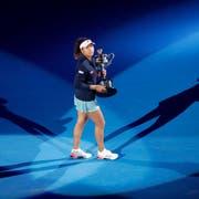 Im Scheinwerferlicht der Tenniswelt: die Japanerin Naomi Osaka mit dem Daphne-Akhurst-Pokal der Australian Open. (Bild: Kin Cheung/AP, Melbourne, 26. Januar 2019)