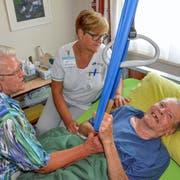 Trudi Dengler und Pflegefachfrau Susanne Schwager kümmern sich täglich liebevoll um Armin Dengler. (Bilder: Christoph Heer)