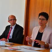 Landammann Christoph Amstad (links) und Finanzdirektorin Maya Büchi stellen einen Monat vor der Abstimmung das Massnahmenpaket vor. (Bild: Markus von Rotz, Sarnen, 23. August 2018)