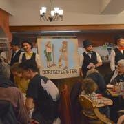 Die Schnitzelbänkler des TV Eschenz bei ihrem Auftritt im Keller des Restaurants Raben. (Bilder: Margrith Pfister-Kübler)
