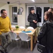 Schulleiter Martin Köstli zeigt Interessierten die umgebauten Schulräume. (Bild: Christoph Heer)