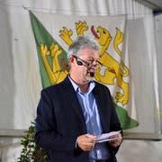 Gemeindepräsident Hans Mäder begrüsst über 180 Gewerbler zum Gewerbeapéro. (Bilder: Christoph Heer)