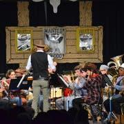 Die Musikanten spielen im passenden Tenue. (Bild: Christoph Heer)