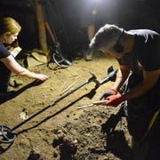 Daniela Wiesli und Stefan Di Staso suchen historische Fundstücke. In einem Wohnhaus an der Ringstrasse werden sie fündig. (Bild: Christoph Heer)