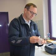 Brunnenmeister Hugo Egloff testet das Wasser auf coliforme Keime mit Nährmedium. (Bild: Sara Carracedo)