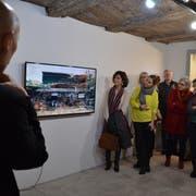 Besucher betrachten im «Haus zur Glocke» die fliessend-bewegte Malerei von Ernst Thoma. (Bild: Margrith Pfister-Kübler)