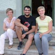 Mirjam Rüegg (rechts) und Beat Sprunger werden die neuen Pächter im alten Schulhaus in der Au. Eigentümerin Marlies Moser freut sich. (Bild: Christoph Heer)