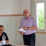 Finanzchef Roger Disch und Präsident Bruno Lüscher an der Delegiertenversammlung des Abwasserzweckverbands Lützelmurgtal im Hagenbucher Gemeindehaus. (Bild: Christoph Heer)