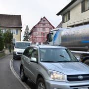 Die Spange Süd soll die Hubgasse in Roggwil entlasten, wo es eng werden kann. (Bild: Max Eichenberger)