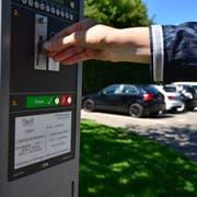 Während die SVP die Parkgebühren auf städtischen Parkplätzen für die ersten 30 Minuten aufheben will, möchte die FDP fünf Prozent der Einnahmen aus denselben für einen Stadtfonds einsetzen. (Bild: Archiv)