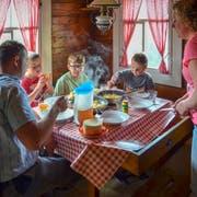 Rösti und Alpkäse: Die Eltern Monika und Martin Rusch mit den Buben Samuel (6), Martin (9) und Valentin (2) am Mittagstisch. (Bilder: Christa Kamm-Sager)