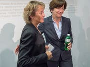 Die damalige Bundesrätin Eveline Widmer-Schlumpf (links) und Kommunikationschefin Brigitte Hauser (rechts). Bild: Lukas Lehmann/Keystone (Bern, 28. Oktober 2051)
